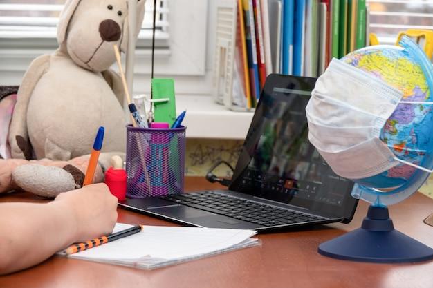 Тренировка с использованием мобильного компьютера для обучения через онлайн систему электронного обучения во время карантина Premium Фотографии
