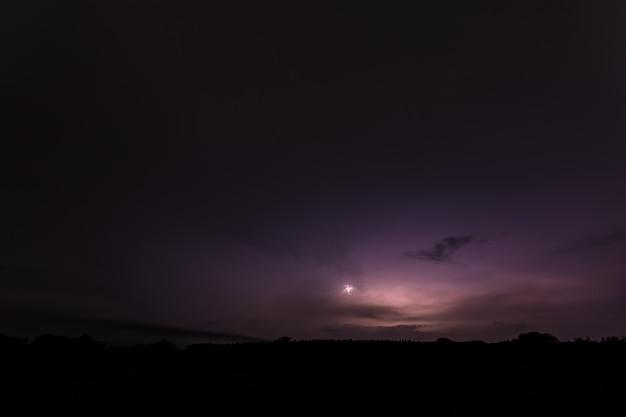 夜の空の背景と稲妻 Premium写真