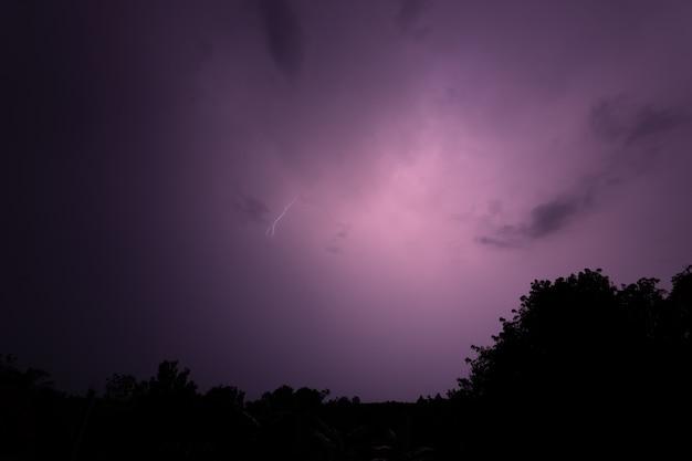 夜間の落雷 Premium写真