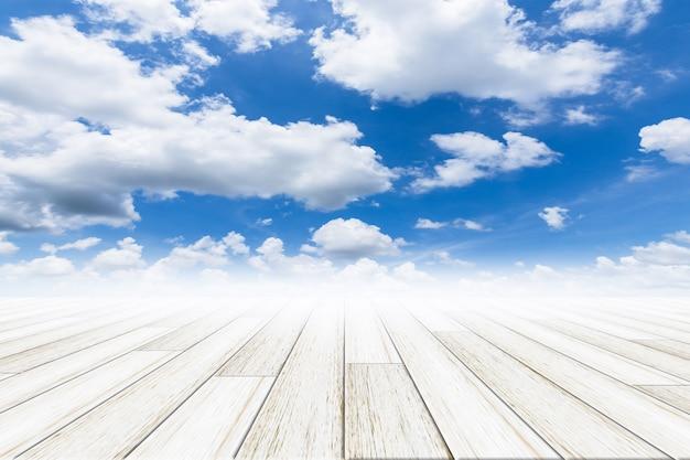 Небесный фон с деревянным полом Premium Фотографии