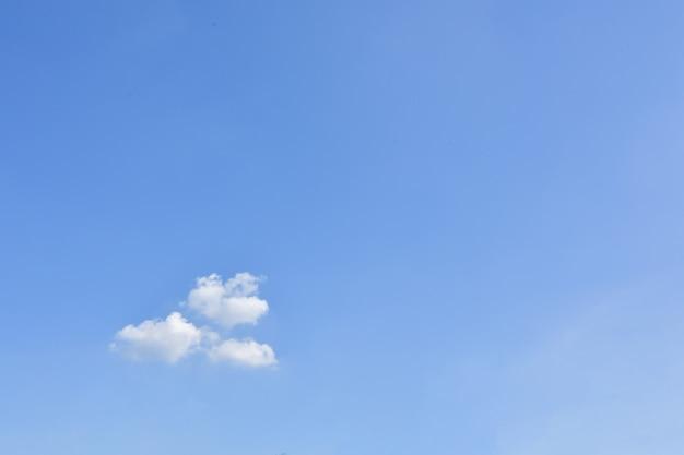 空と雲の日光の太陽 Premium写真