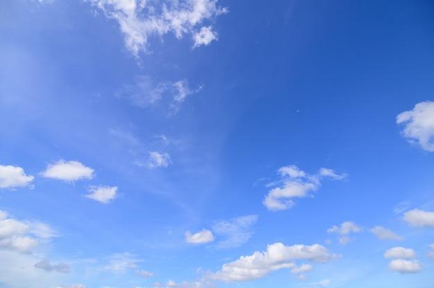 Дневное небо и облака Premium Фотографии
