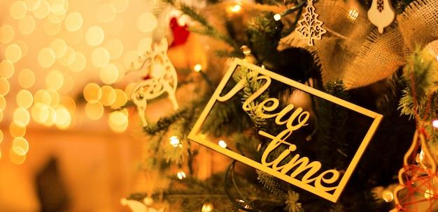 美しい明るい黄色のぼかしとクリスマスツリーの新年の装飾 Premium写真