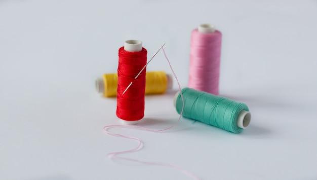 針で明るいミシン糸の多くのボビン Premium写真