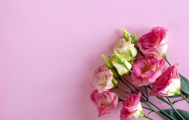 ブーケのクローズアップ、美しいピンクと白のトルコギキョウの花 Premium写真