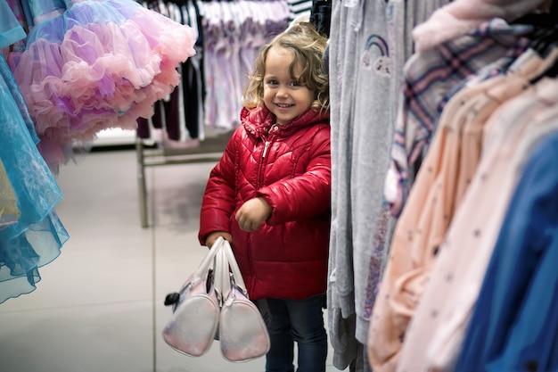 販売のための店で探している小さな女の子 Premium写真