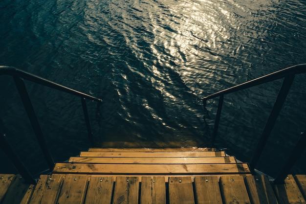 фото черно белые спуск к озеру хотя как