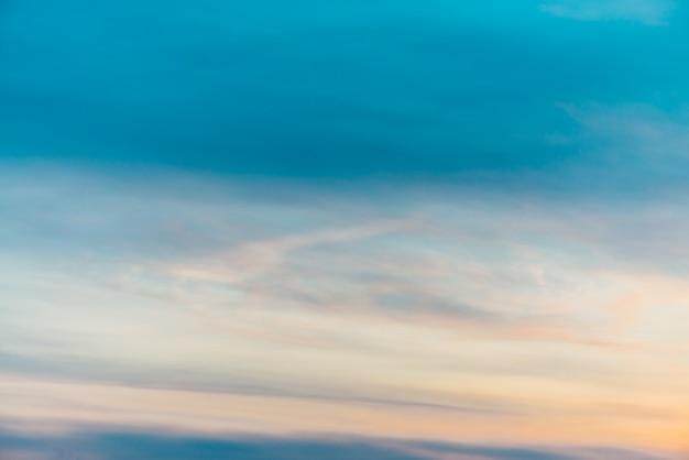 オレンジ黄色の光雲と夕焼け空。 Premium写真