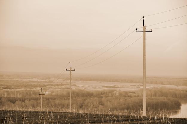 フィールドの電力線と大気の風景 Premium写真