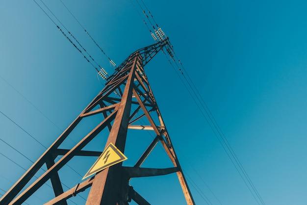 青空のクローズアップの背景の電力線。 Premium写真