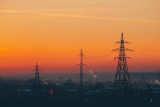 夜明けの都市の送電線 Premium写真