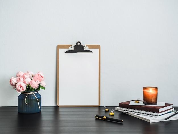 テーブルの上の白い空のページとクリップボード Premium写真
