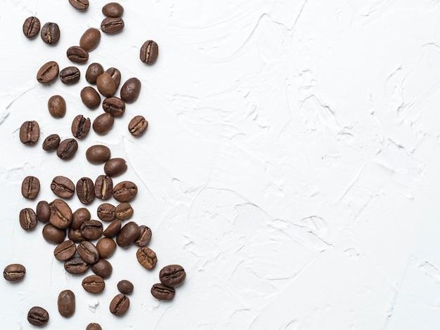 コピースペースを持つ茶色のコーヒー豆 Premium写真