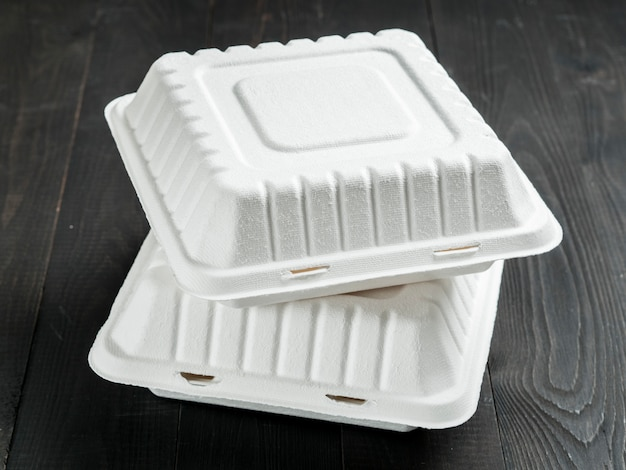 Две картонные коробки для завтрака на деревянном фоне Premium Фотографии