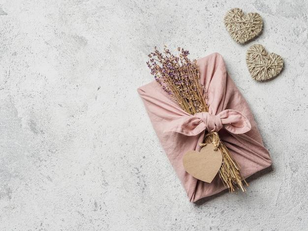 無駄のない、乾燥ラベンダーを使った風呂敷スタイルのバレンタインデーの環境に優しいギフト包装。 Premium写真