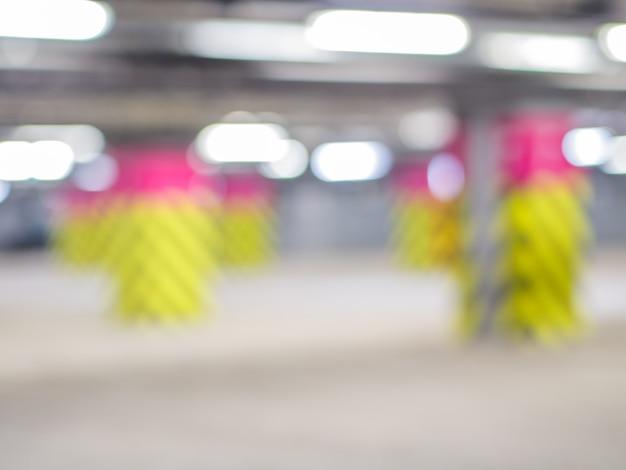 Гараж подземный, индустриальный интерьер. неоновый свет в ярком промышленном здании. Premium Фотографии