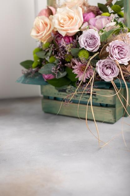 Красочный букет из различных цветов в деревянной винтажной коробке. женский день фон. вертикальное изображение, вид сбоку, копировать пространство Premium Фотографии