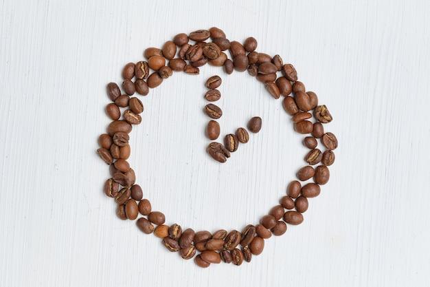 Абстрактные часы кофейных зерен на белом фоне. Premium Фотографии