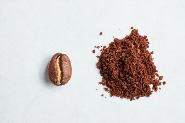 豆を挽いたコーヒーに挽いた結果の抽象的なイメージ。 Premium写真