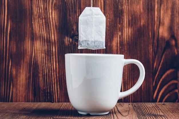 ティーバッグとお茶の白いカップ Premium写真