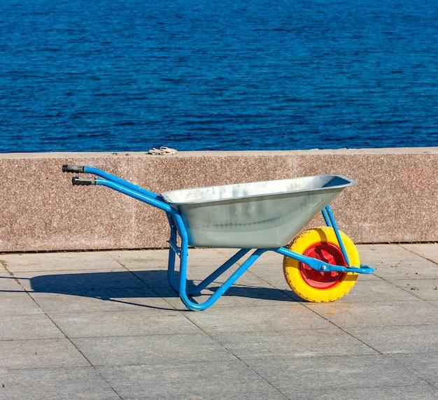 海遊歩道の手動手押し車。 Premium写真