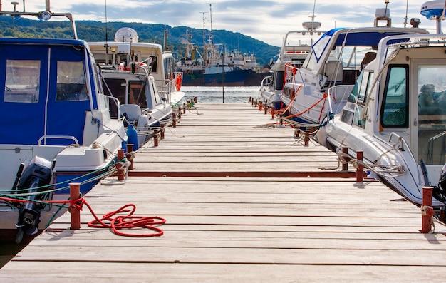 モーターボートやセーリングヨット用の木製桟橋。 Premium写真