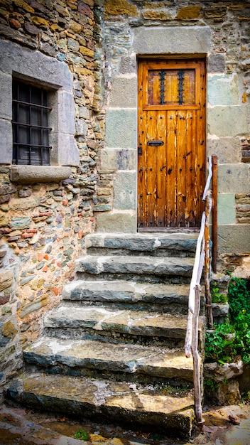 古代の木製のドアと石の階段 Premium写真