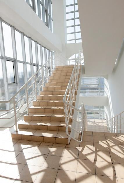 階段-ホテルの非常口、クローズアップ階段、内部階段 Premium写真
