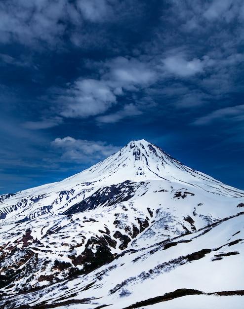 Вид на снежный вулкан вилючинский на камчатке Premium Фотографии