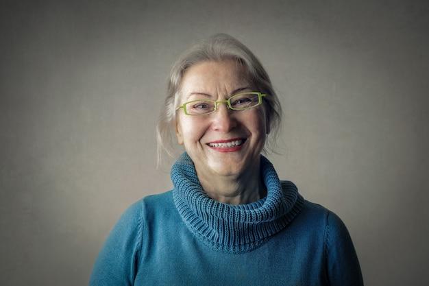 笑顔の成熟した女性の肖像画 Premium写真