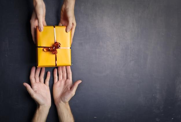 お互いに贈り物をする Premium写真