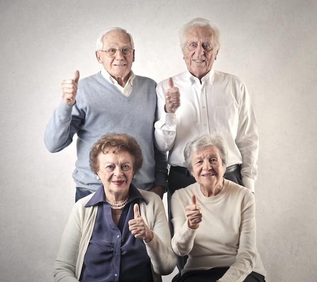 Старшие люди, показывает палец вверх Premium Фотографии