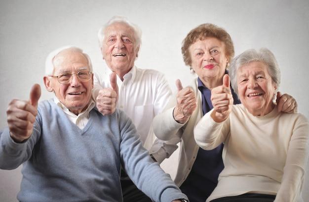 Старшие люди с большими пальцами руки вверх Premium Фотографии