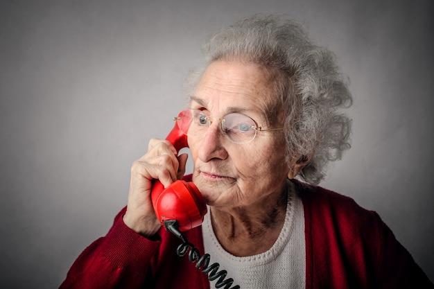 電話で話している老婦人 Premium写真