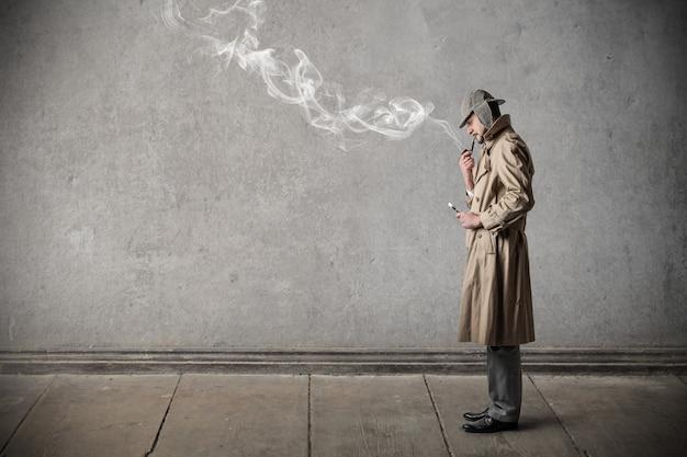 スタイリッシュな喫煙男 Premium写真