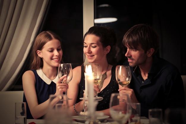Ужин с друзьями Premium Фотографии