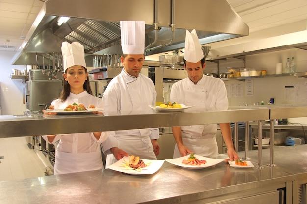 レストランのキッチンで調理する Premium写真