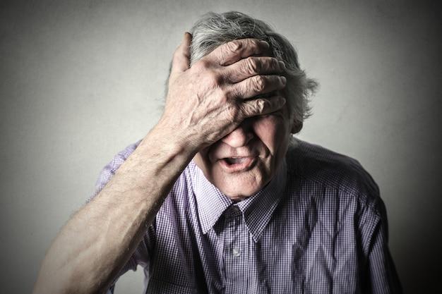 頭痛を持つ男 Premium写真