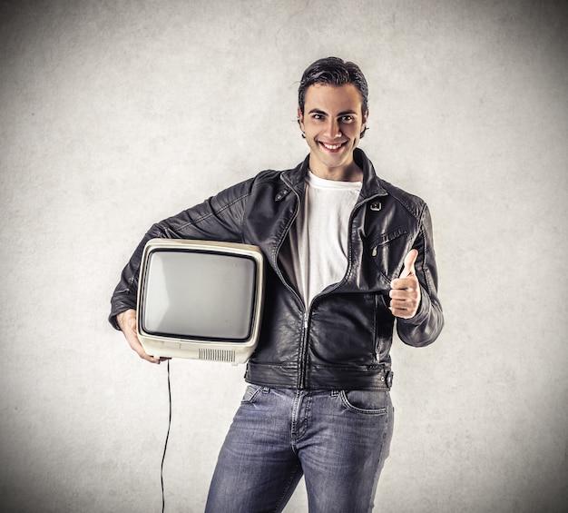 古いテレビで幸せな男 Premium写真