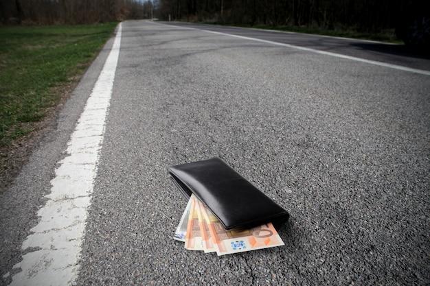 道路上のお金と財布 Premium写真