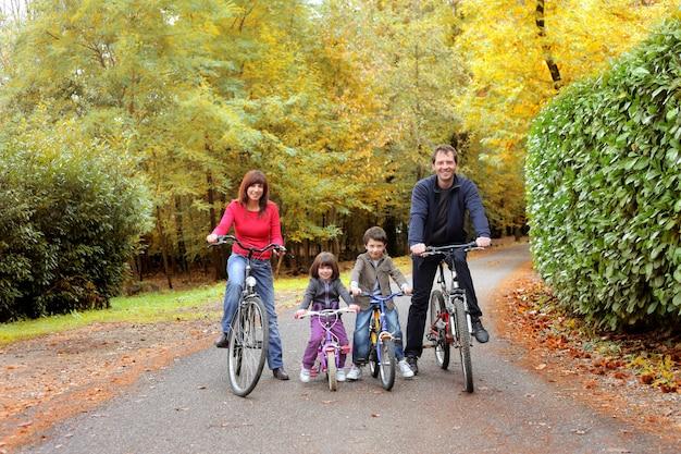 自転車ツアーで幸せな家族 Premium写真