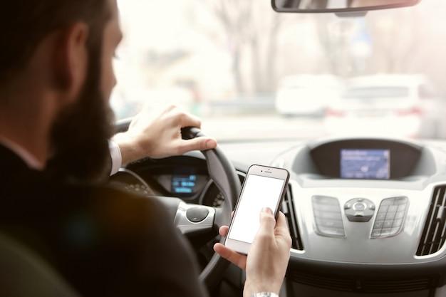Проверка смартфона за рулем Premium Фотографии