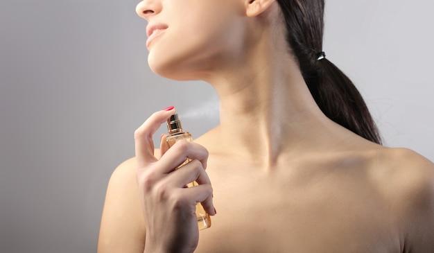 女性の香水を適用します。 Premium写真