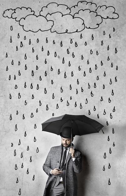 エレガントな男の上の雨の図面 Premium写真