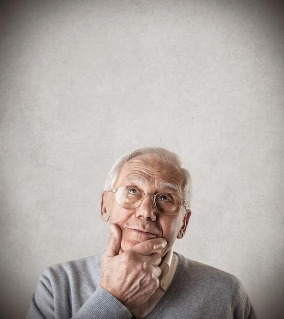 疑問に思っている年配の男性人 Premium写真