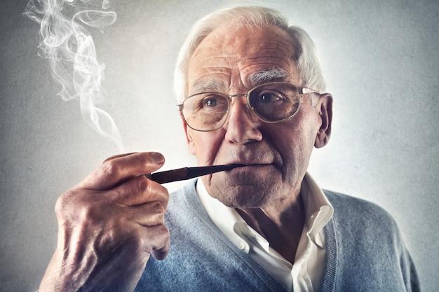 年配の男性人、パイプを吸って Premium写真