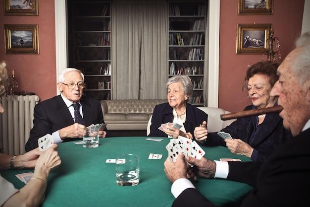 играют почему карты люди
