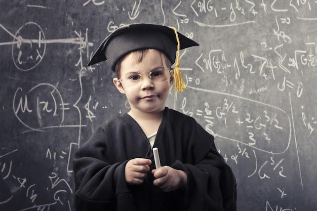 Маленький умный мальчик Premium Фотографии