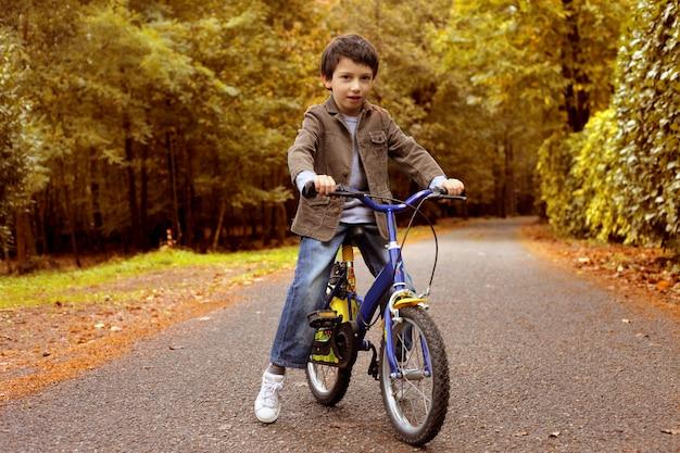 秋に自転車に乗る Premium写真