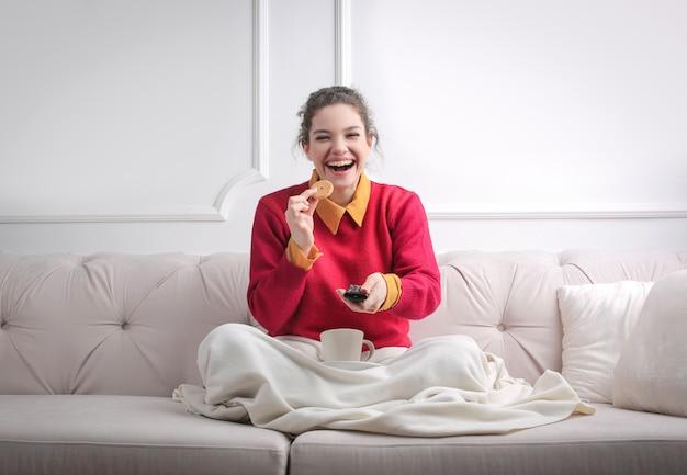 家でテレビを見て幸せな女の子 Premium写真